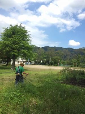 草を刈るお父さん