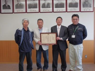 市長と受賞代表者で記念撮影